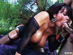 Мужик вызвал двух блондиночек к себе в номер